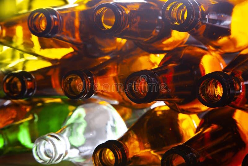 Botellas de cerveza de cristal vacías fotos de archivo