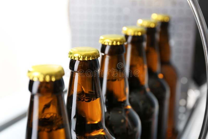 Botellas de cerveza en cervecería fotos de archivo libres de regalías