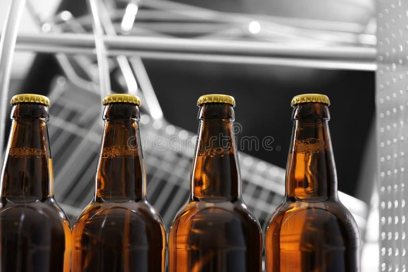 Botellas de cerveza en cervecería imágenes de archivo libres de regalías