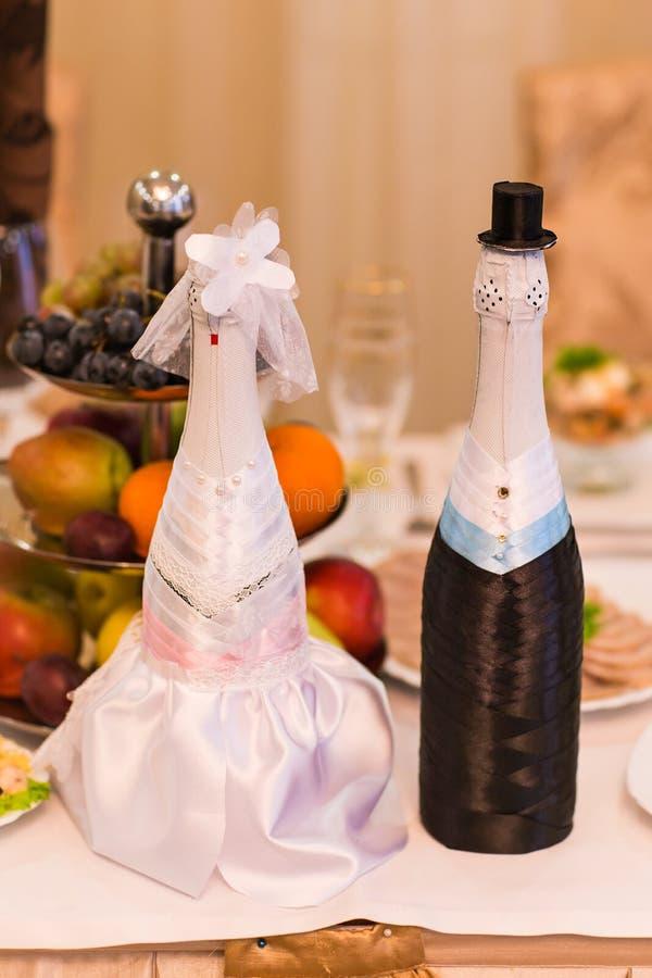 Botellas de Champán adornadas como una novia y novio imágenes de archivo libres de regalías