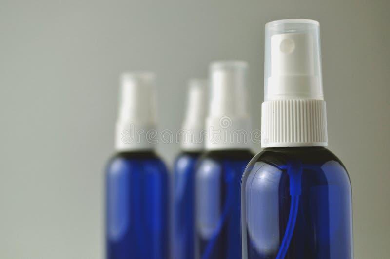 Botellas de cristal azul marino para las lociones cosméticas, sueros, aceites fotos de archivo