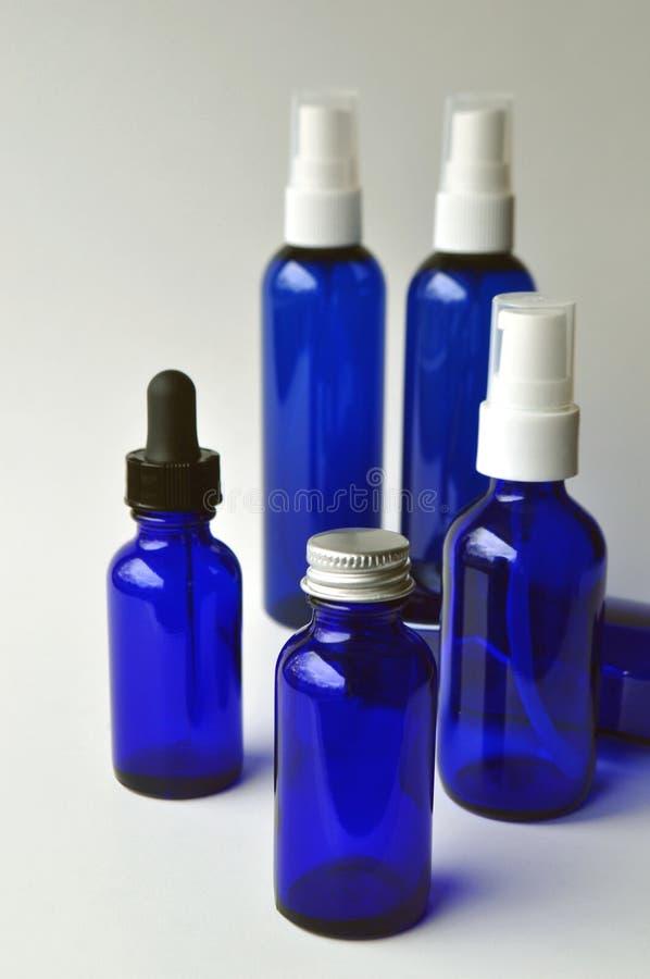 Botellas de cristal azul marino para las lociones cosméticas, sueros, aceites imágenes de archivo libres de regalías