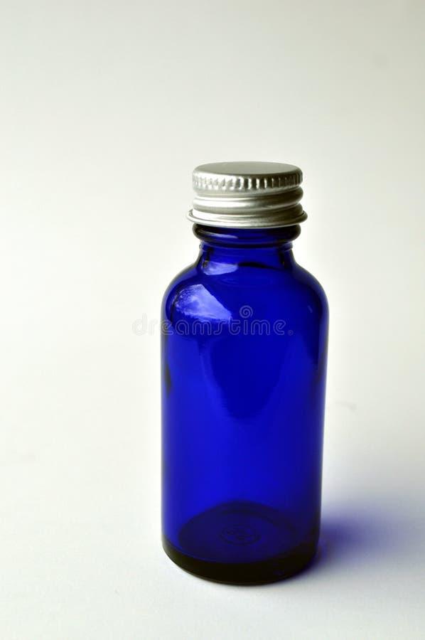 Botellas de cristal azul marino para las lociones cosméticas, sueros, aceites imagenes de archivo