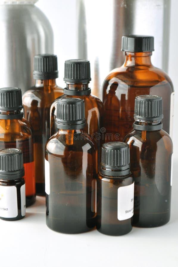 Botellas de cristal de Brown para las lociones cosméticas, sueros, aceites imagen de archivo libre de regalías