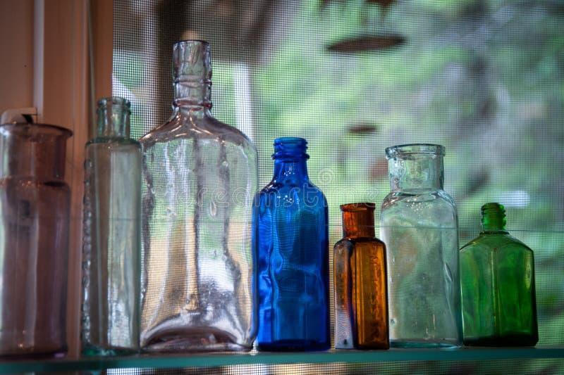 Botellas de cristal de la vendimia imagenes de archivo