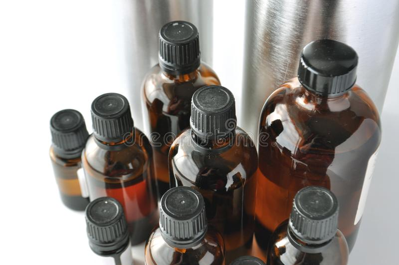 Botellas de cristal del marrón oscuro para las lociones cosméticas, sueros, aceites imagen de archivo libre de regalías