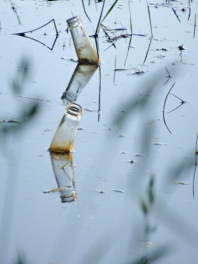 Botellas de cristal en el lago fotos de archivo libres de regalías