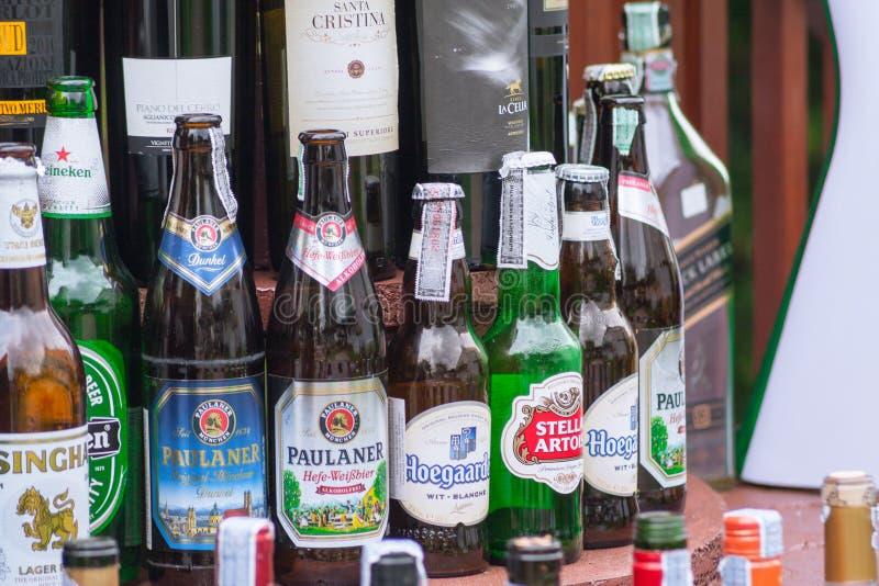 Botellas de cristal de la marca importada y local de la bebida de la cerveza en el pub y el restaurante fotografía de archivo libre de regalías