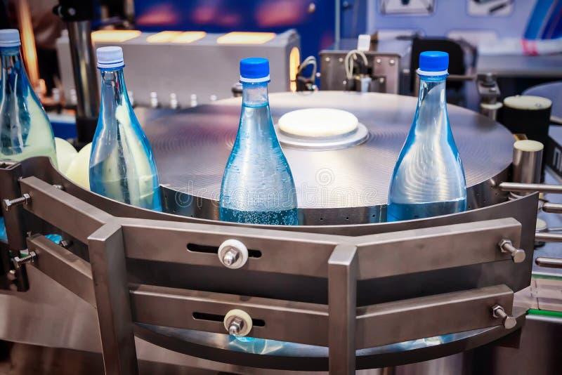 Botellas de cristal vacías en el transportador fotos de archivo libres de regalías