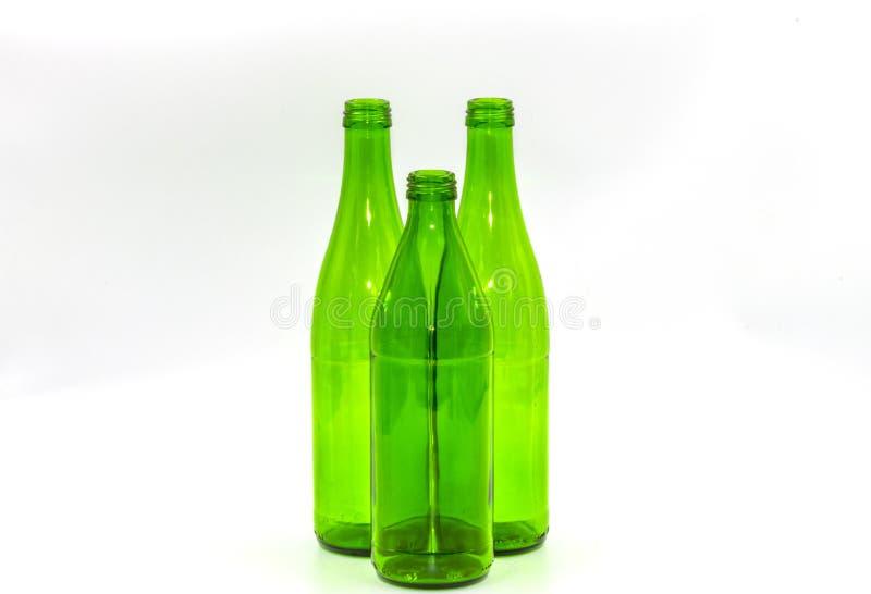 Botellas de cristal vacías en un fondo blanco imagen de archivo
