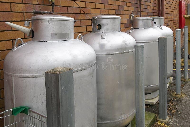 Botellas de gas usadas por el restaurante local fotografía de archivo