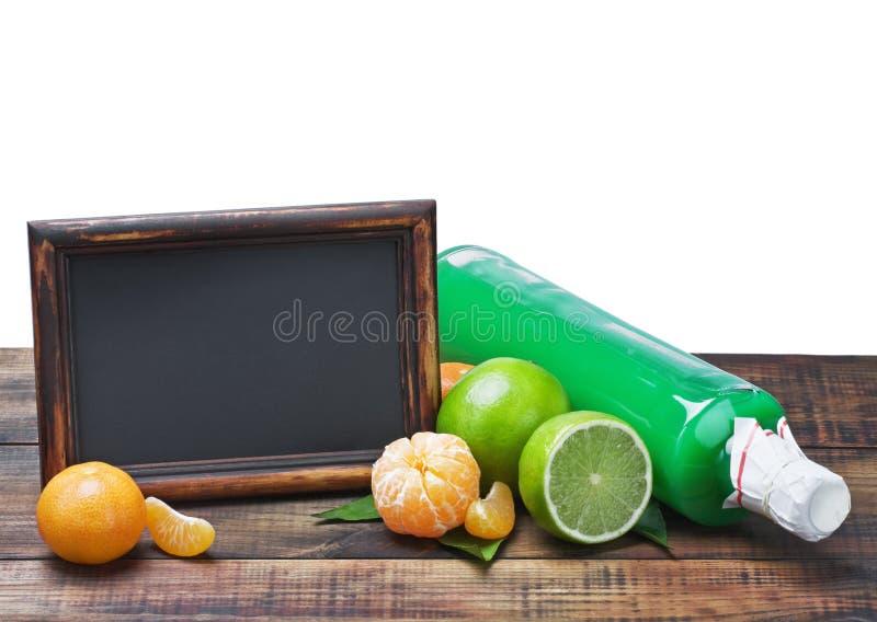 Botellas de jugo de los agrios y de la pizarra imagen de archivo