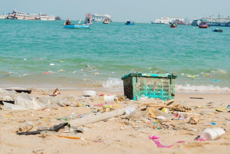 Botellas de la basura y del plástico en la playa imagen de archivo