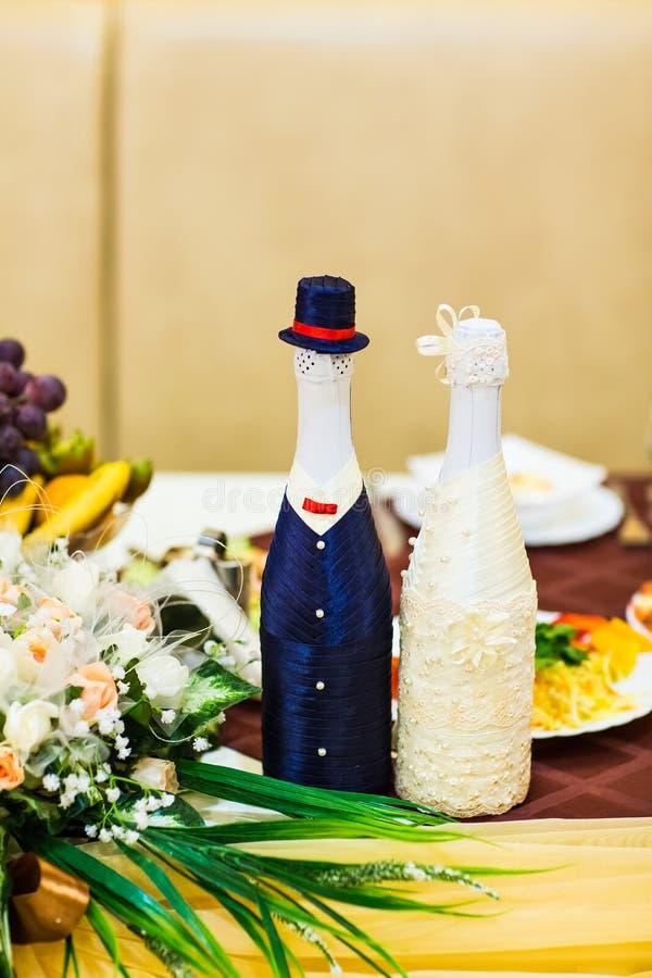 Botellas de la boda de alcohol fotografía de archivo libre de regalías