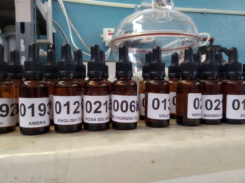 Botellas de la esencia del perfume pequeñas y campana marrones del vacío fotos de archivo libres de regalías
