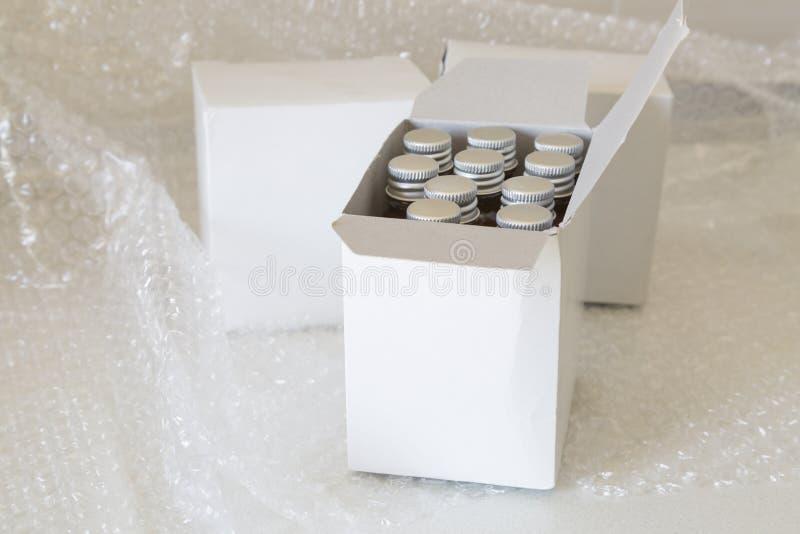 Botellas de la medicina en burbuja de la caja y de aire del Libro Blanco foto de archivo libre de regalías