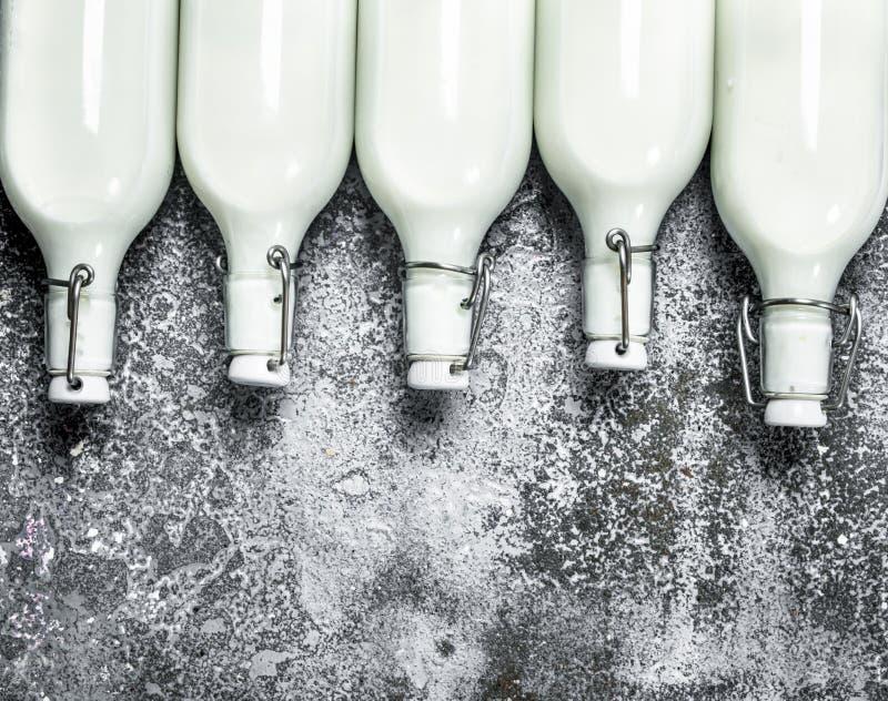 Botellas de leche fresca fotos de archivo