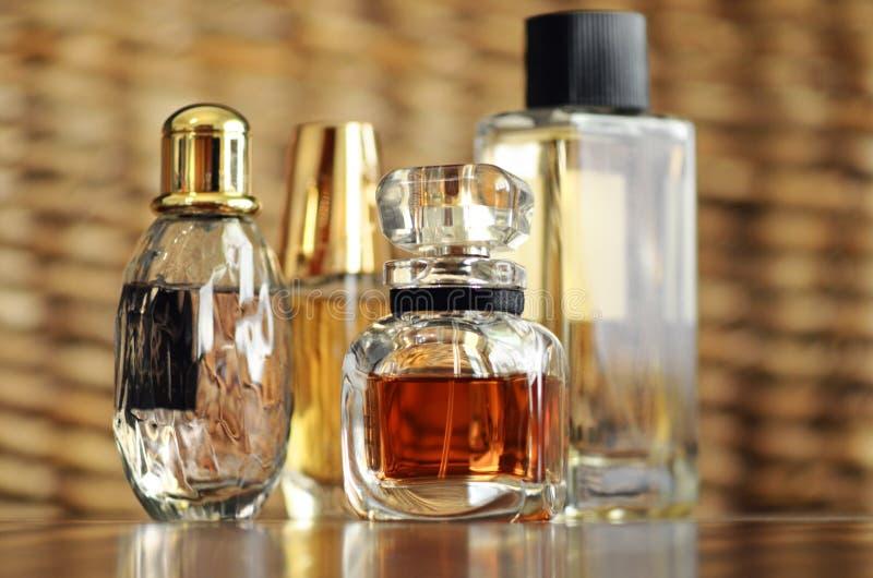 Botellas de lujo de la fragancia del perfume del diseñador fotos de archivo