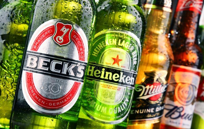 Botellas de marcas globales clasificadas de la cerveza imagenes de archivo