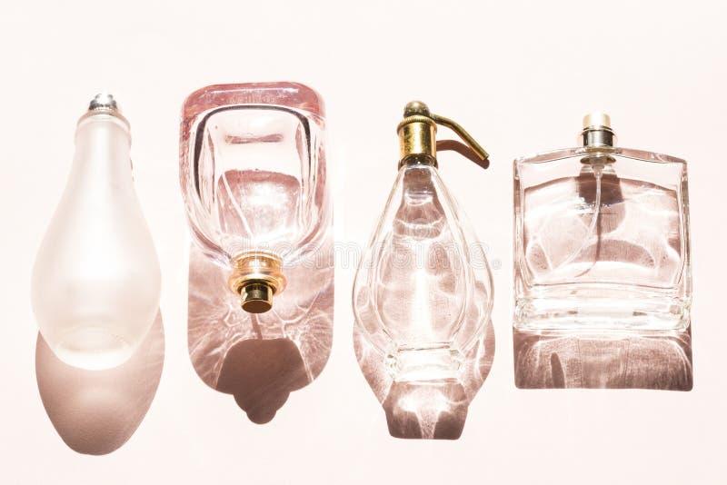 Botellas de perfume azules de cristal imagenes de archivo