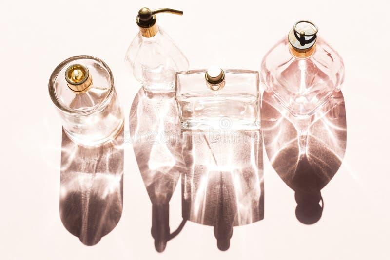 Botellas de perfume azules de cristal foto de archivo
