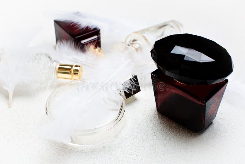 Botellas de perfume de la mujer en el fondo blanco fotografía de archivo libre de regalías