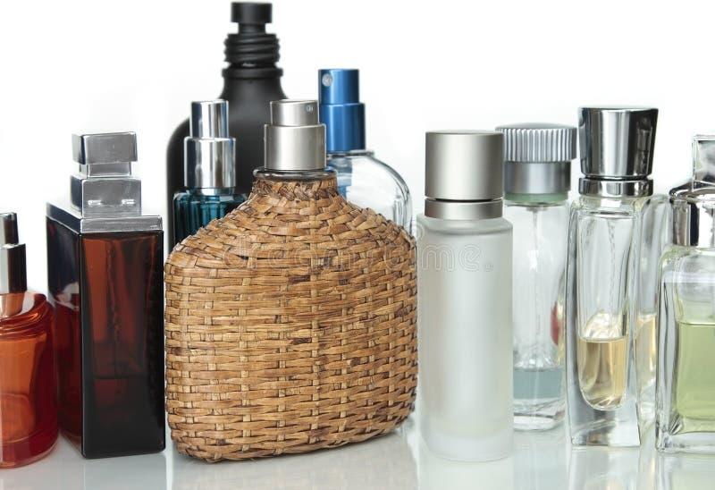 Botellas de perfume de la perfumería foto de archivo