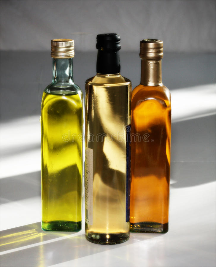 Botellas de petróleo y del vinagre imagen de archivo libre de regalías