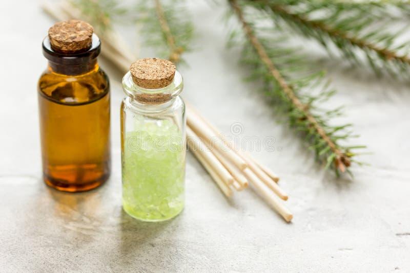 Botellas de ramas del aceite esencial y del abeto para el aromatherapy y balneario en el fondo blanco de la tabla fotografía de archivo libre de regalías