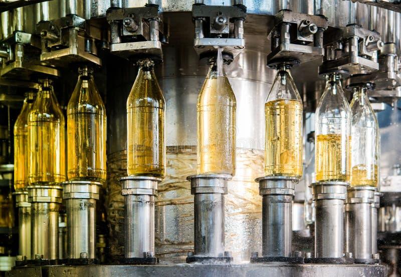 Botellas de relleno con el jugo imagenes de archivo