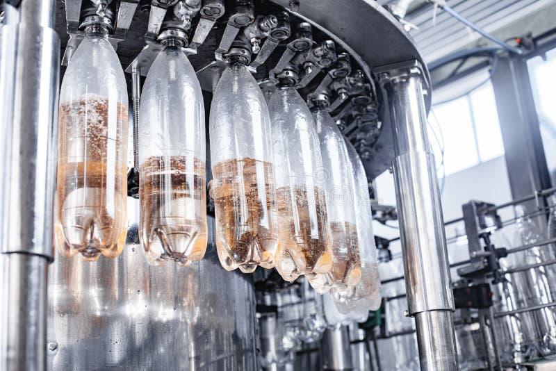 Botellas de relleno del transportador con agua fotografía de archivo