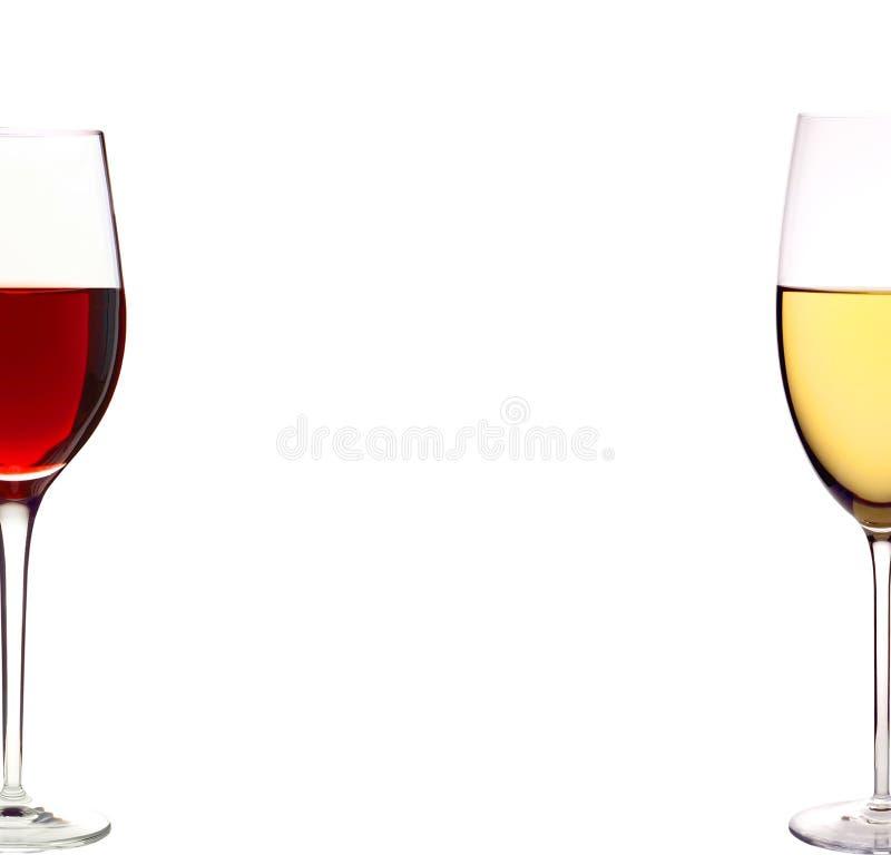 Botellas de rojo y de blanco y de vino de los vidrios aislado en blanco imágenes de archivo libres de regalías