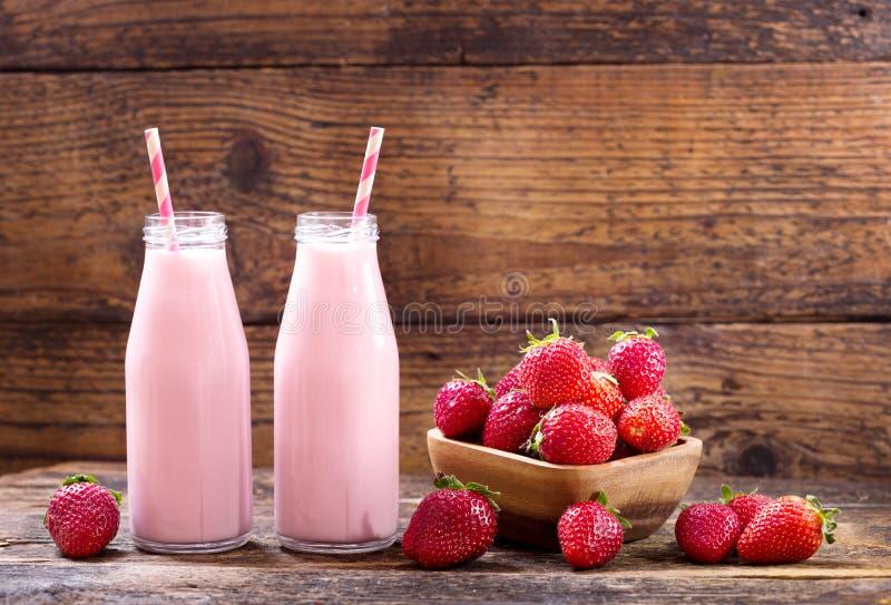Botellas de smoothie de la fresa imagenes de archivo