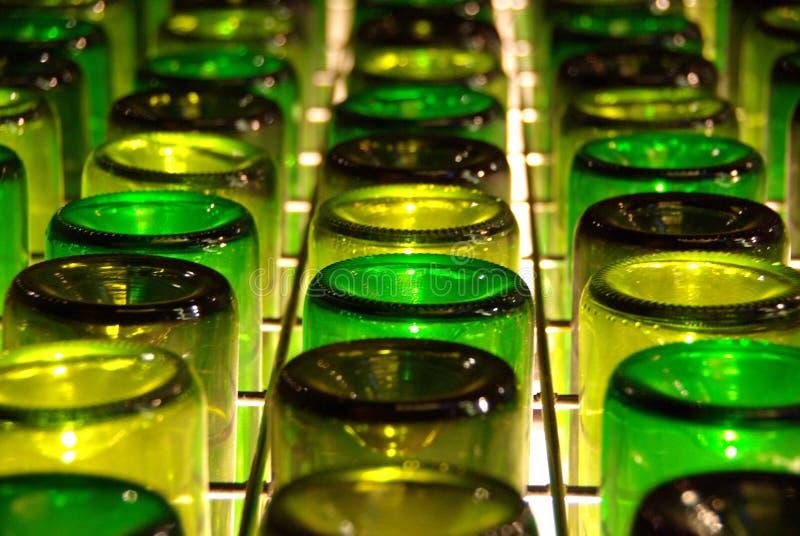 Botellas de vino al revés fotos de archivo