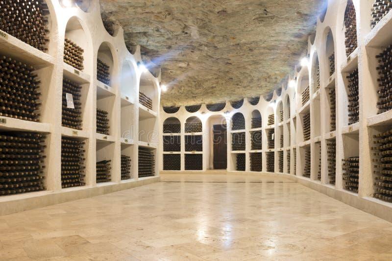 Botellas de vino apiladas en bodega Lagar de Cricova en el Moldavia, Europa fotos de archivo