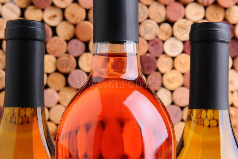 Botellas de vino del primer delante de corchos foto de archivo