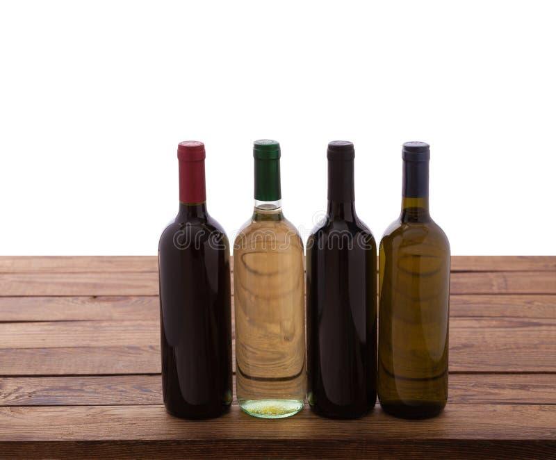 Botellas de vino en fondo de madera imagen de archivo
