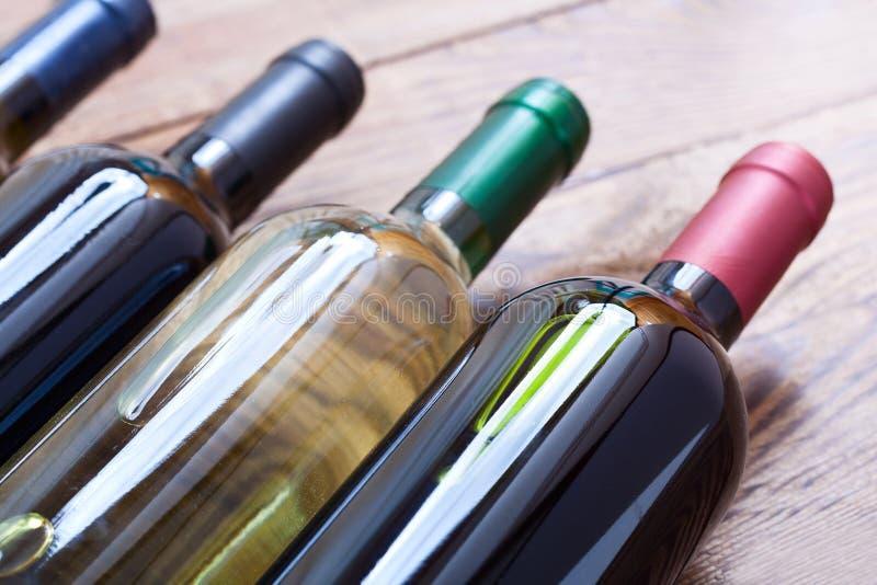 Botellas de vino en fondo de madera fotografía de archivo