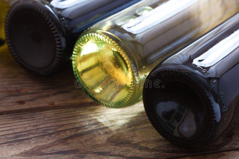 Botellas de vino en fondo de madera fotos de archivo libres de regalías
