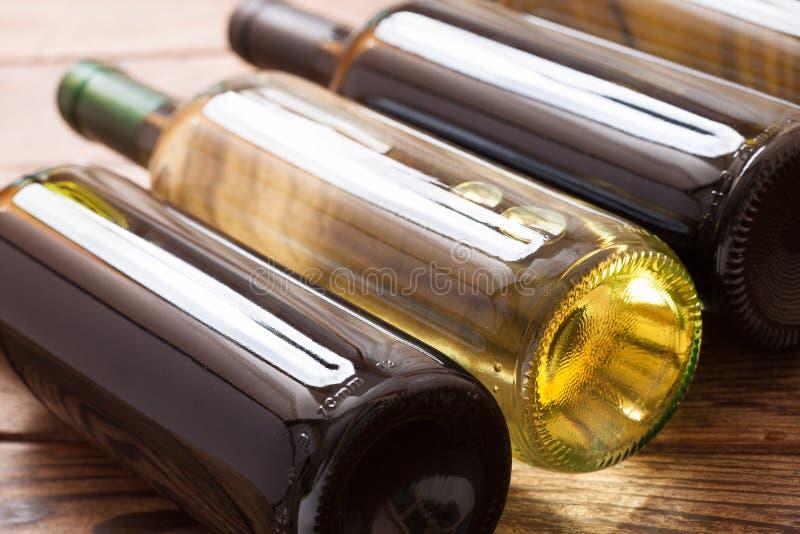 Botellas de vino en fondo de madera imagen de archivo libre de regalías
