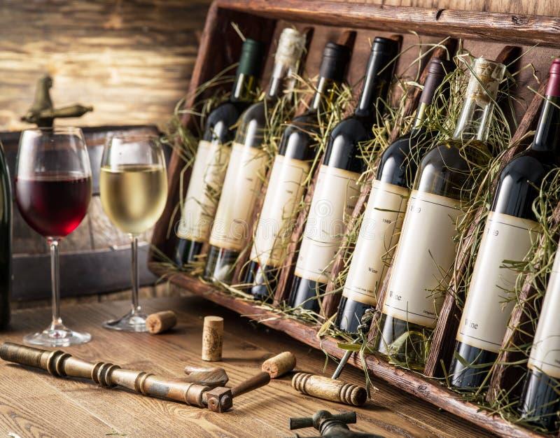 Botellas de vino en la estantería de madera imagenes de archivo