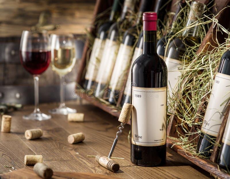 Botellas de vino en la estantería de madera foto de archivo