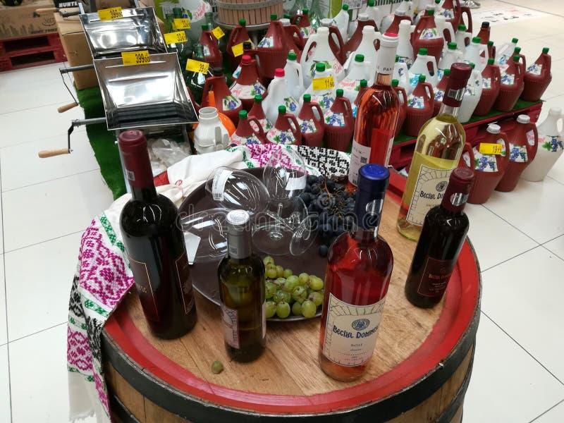 Botellas de vino en un barril fotografía de archivo