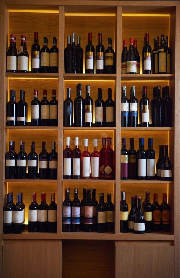 Botellas de vino en un estante de madera foto de archivo for Estantes para vinos