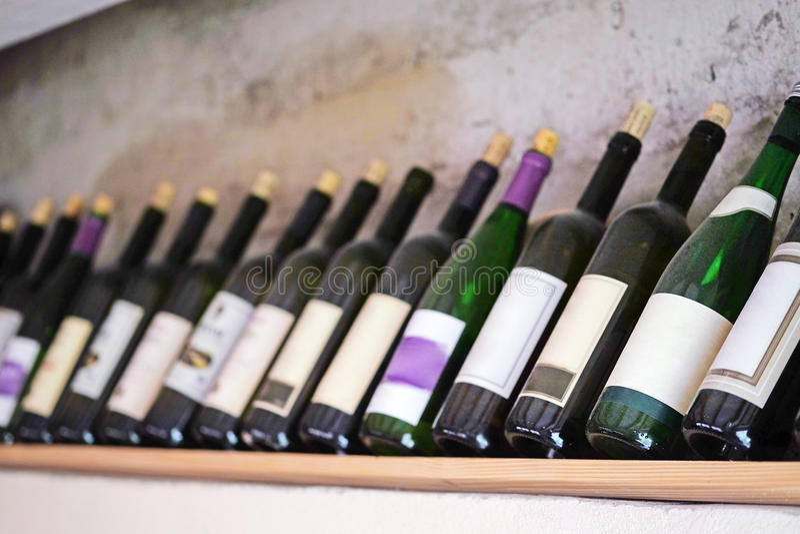Botellas de vino en un estante de madera en el restaurante imagen de archivo libre de regalías