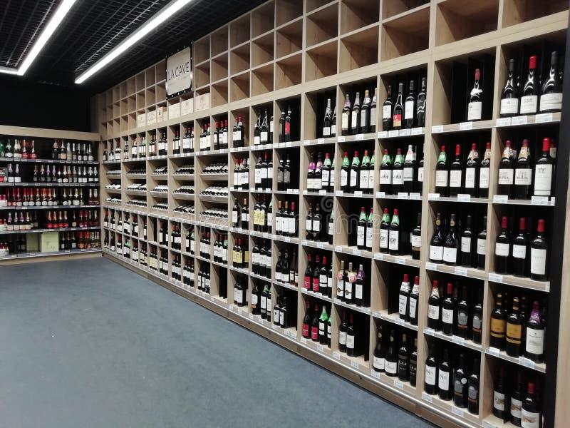 Botellas de vino en una tienda foto de archivo