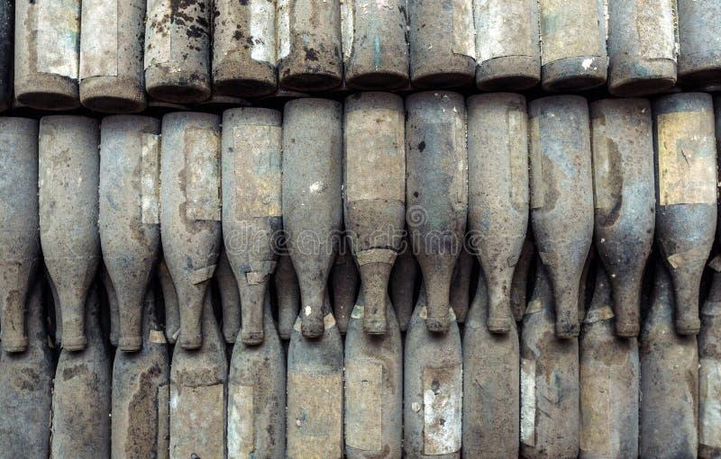 Botellas de vino viejas en Warehouse, visión superior imagen de archivo libre de regalías