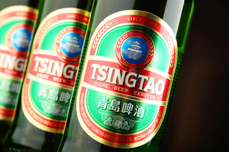Botellas del árbol de cerveza de Tsingtao imágenes de archivo libres de regalías