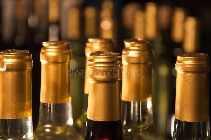 Botellas del vino blanco Alineadas-Para arriba imágenes de archivo libres de regalías