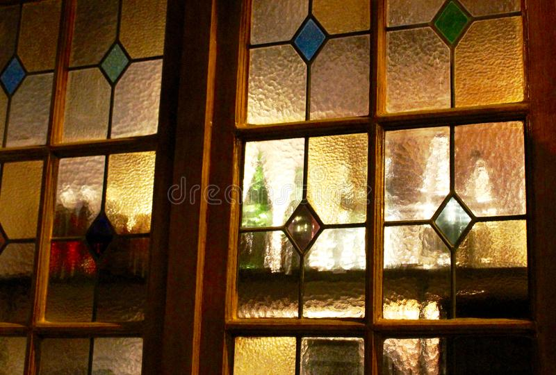 Botellas detrás del vitral de oro imagen de archivo libre de regalías